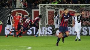Los jugadores del Crotone celebran el golazo de Simy para el 1-1 final