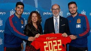 Marco Asensio y Saúl Ñíguez junto a Ana Muñoz (RFEF) y José Boada (Grupo Pelayo)