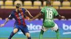 Messi intenta superar a Luiz Carlos