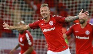 Nico López celebrando un gol con el Internacional