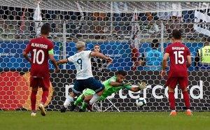Sergio Agüero de Argentina dispara contra el portero de Qatar, Saad Sheeb, durante su partido de torneo de fútbol de Copa América en el Gremio Arena en Porto Alegre, Brasil.