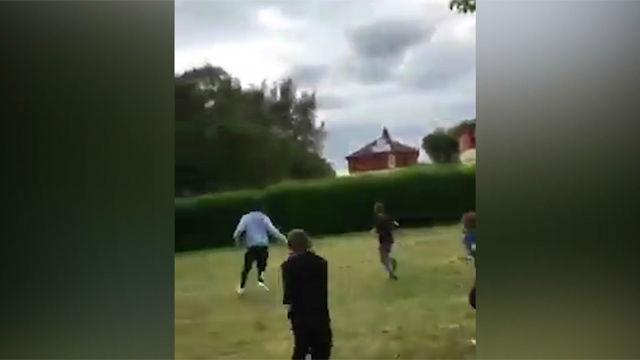 Unos niños reconocen a Lingard y este se baja del coche y juega con ellos una pachanga