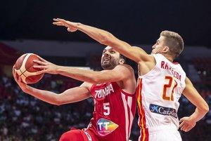 Ziyed Chennoufi (I) de Túnez en acción contra Xavier Rabaseda (D) de España durante el partido del grupo C del Mundial de Baloncesto entre España y Túnez en Guangzhou, China.