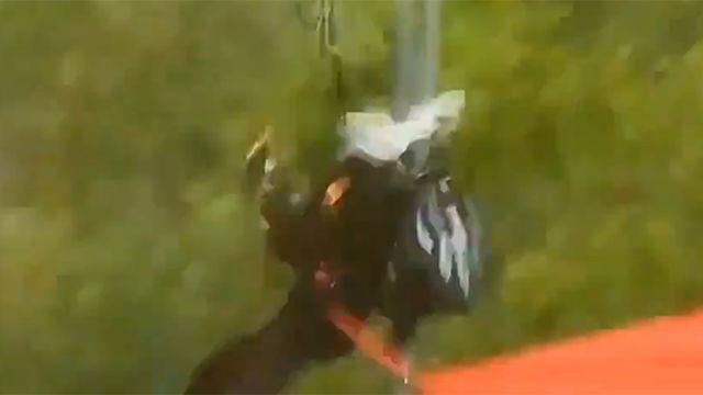 Así fue el choque del paracaidista durante el desfile del 12 de octubre