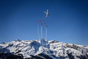 Aviones de combate de la Patrouille Suisse y un avión comercial de Swiss International Air Lines vuelan sobre las montañas durante la Copa del Mundo de esquí en Wengen.