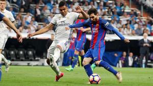Casemiro y Leo Messi durante uno de los clásicos entre el Barça y el Real Madrid durante la temporada 2016/17