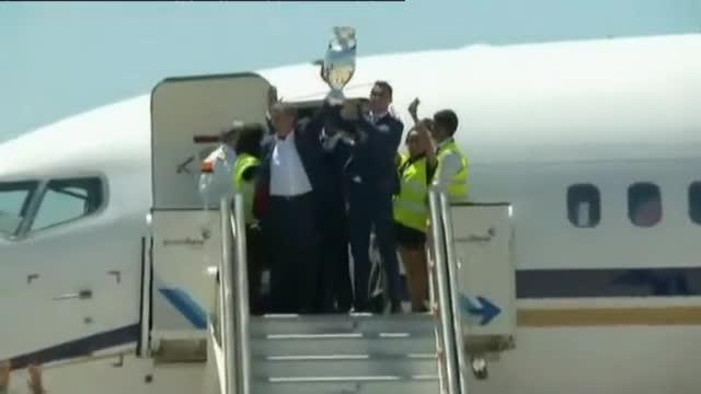 Cristiano Ronaldo y Fernando Santos alzan la copa de la victoria a su llegada a Lisboa