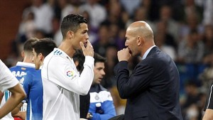 Cristiano y Zidane dialogan durante el encuentro ante el Espanyol
