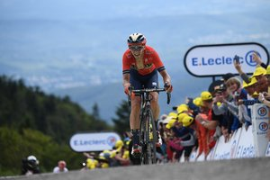 Dylan Teuns de Bélgica, antes de cruzar la meta de la sexta etapa de la 106ª edición de la carrera ciclista Tour de France entre Mulhouse y La Planche des Belles Filles, en La Planche des Belles Filles.