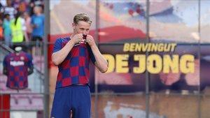Frenkie de Jong ha besado el escudo del FC Barcelona en su presentación