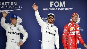 Hamilton celebra la pole en Japón
