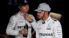Hamilton, con su compañero y líder Rosberg, en Japón