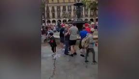 Un hincha del Liverpool tira a un turista a la fuente de Plaça Reial