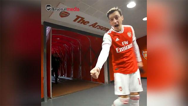 A Özil no se le olvidan las palabrotas en español