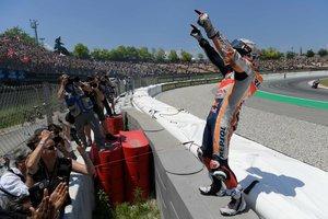 El piloto español de MotoGP, Marc Márquez, del equipo Repsol Honda, celebra su victoria en la carrera del Gran Premio de Cataluña de Motociclismo que se ha disputado este domingo en el Circuito de Barcelona-Cataluña.