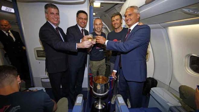 El Barcelona brindó por el título de Copa en el avión de regreso
