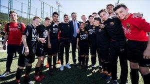 Bartomeu, junto a integrantes de las FCB Escoles