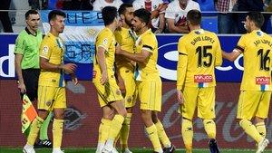 Borja Iglesias celebra su primer gol con el resto de sus compañeros en El Alcoraz