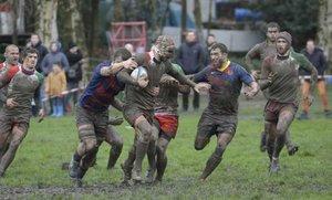 Un campo totalmente embarrado dificultó la acción de los jugadores
