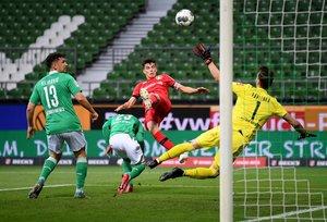 El centrocampista alemán Leverkusen Kai Havertz (C) marca el gol durante el partido de fútbol de la primera división alemana de la Bundesliga Werder Bremen v Bayer 04 Leverkusen en Bremen.