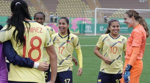 Colombia celebrando el pase a la siguiente ronda