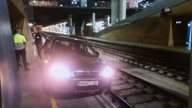 Conductor circula 800 mts por el anden de la estación en Sevilla.