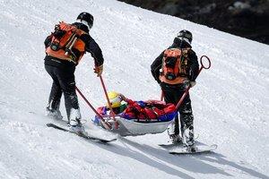 Cornelia Huetter es evacuada en camilla después de su caída durante el descenso femenino de la Copa del Mundo FIS disputado en Grandvalira Soldeu - El Tarter, en Andorra.