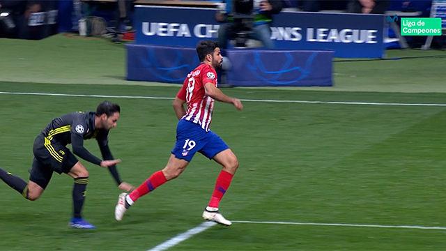 Diego Costa se tiró, pero el árbitro no picó y pitó falta fuera del área