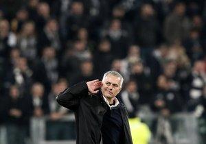 El entrenador del Manchester United José Mourinho hace un gesto al público al finalizar el encuentro de la UEFA Champions League entre la Juventus y el Manchester United en el Allianz stadium en Turin