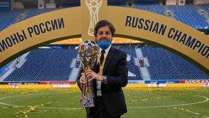Javier Ribalta posa con el título de la Liga Premier conquistado por el Zenit