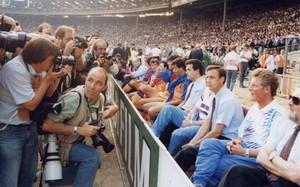 Johan Cruyff, sentado en el banquillo de Wembley, mintutos antes de haber pronunciado la célebra frase