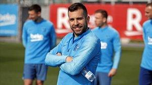 Jordi Alba, sonriente en un entrenamiento con el Barça