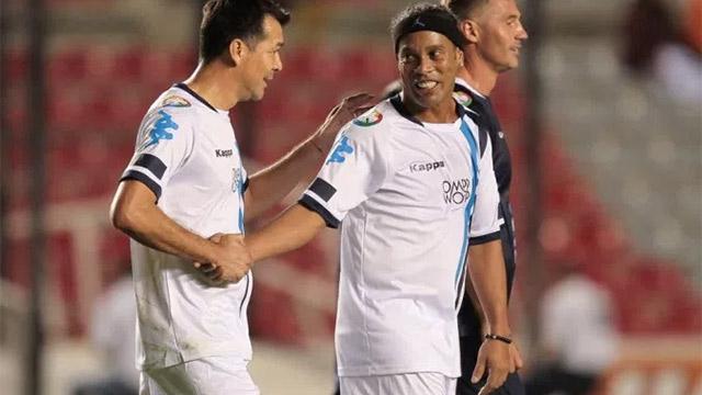 Mágico gol de Ronaldinho desde 60 metros (ES)