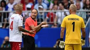 Mateu Lahoz no vio penalti pero el VAR resolvió el desaguisado