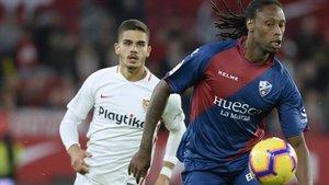 Ruben Semedo persiguiendo una pelota junto a André Silva, del Sevilla