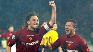 Totti y cassano celebran un gol con la Roma