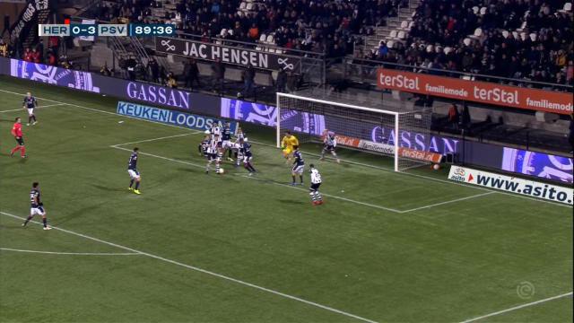 El VAR expulsó a dos jugadores en el partido del PSV