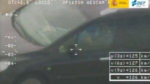La DGT caza a un conductor jugando al cubo rubik | Vídeo