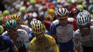 Alaphilippe (amarillo) mantuvo su maillot de líder