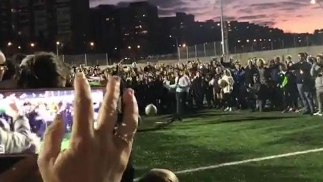 Almeida, alcalde de Madrid, se ofrece a fichar por algún equipo... tras lanzar un penalti a la cara de un niño