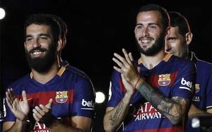 Arda Turan y Aleix Vidal, en su presentación como jugadores del FC Barcelona en el Joan Gamper