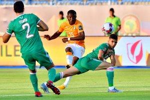 El delantero de Costa de Marfil Max-Alain Gradel (C) patea la pelota durante el partido de fútbol de cuartos de final de la Copa de África 2019 (CAN) entre Costa de Marfil y Argelia en el estadio de Suez en Suez.