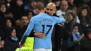 Guardiola sustituyó a De Bruyne para protegerle, tras haber salido en camilla en el anterior partido