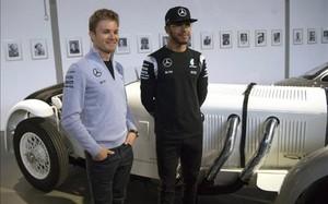 Hamilton y Rosberg en la presentación de la temporada de Mercedes F1 en Alemania