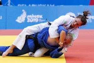 La judoca alemana Luise Malzahn (abajo) y la eslovena Klara Apotekar, compiten durante la semifinal de hasta 78 kilos de los Juegos Europeos de Minsk (Bielorrusia).