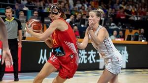 Laura Gil (izq) disputa con una jugadora danesa
