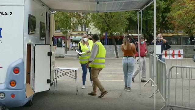 Los aficionados del Sevilla se hacen PCR antes de viajar a Budapest