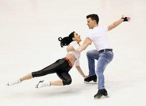 Los italianos Charlene Guignard (R) y Marco Fabbri se presentan durante la Danza del ritmo de la danza del hielo en el Gran Premio de Patinaje Artístico 2019/2020 NHK Trophy.
