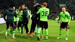 Los jugadores del Ajax celebran la clasificación para semifinales