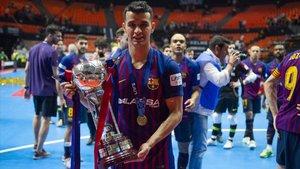 Marcenio, con la Copa de España tras derrotar a ElPozo en la final